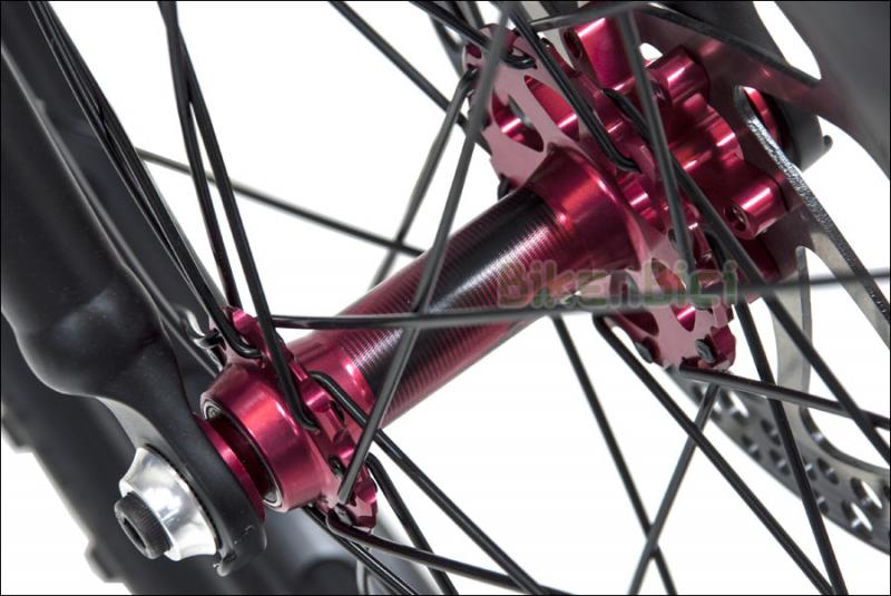 Bicicletas Trial MONTY 220 KAIZEN Biketrial - La Monty 220 Kaizen es la nueva bicicleta de gama media/alta de Monty. Chasis y horquilla fabricados en aluminio 6061-T6. Frenos de disco hidráulicos Formula Cura. Piñón delantero TrialCore 108.9. Neumáticos Pro Race especial para Trial. Ancho de chasis de 116mm. Acabada en color titanio y detalles naranja y negro. Peso : 8,210 kg.
