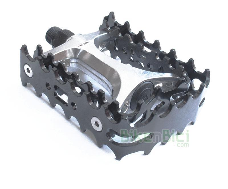 Pedales Trial BIKENBICI DOBLE JAULA Biketrial aluminio negro - Pedales de doble jaula fabricados en aluminio de alta calidad. Eje del pedal fabricado en aleación de acero. La doble jaula asegura un agarre extra del pie sobre el pedal. Compatible con todas las bicicletas de trial del mercado. Rosca de 9/16