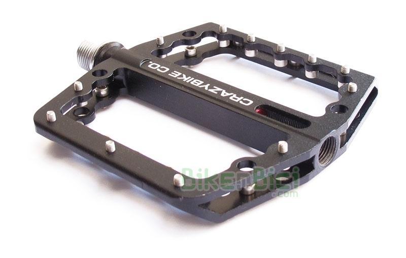 Pedales Trial CRAZYBIKE RAZOR 7075 CNC PLATAFORMA SUPERLIGHT Biketrial - Los pedales CRAZYBIKE ID CNC de plataforma están hechos a partir de aluminio 7075 mecanizado en CNC. Fabricados buscando el mínimo peso y la máxima resistencia. Estas características permiten obtener un par de ligerísimos pedales con las 20 puntas de agarre de acero reemplazables en caso de desgaste. 260 gramos (pareja).