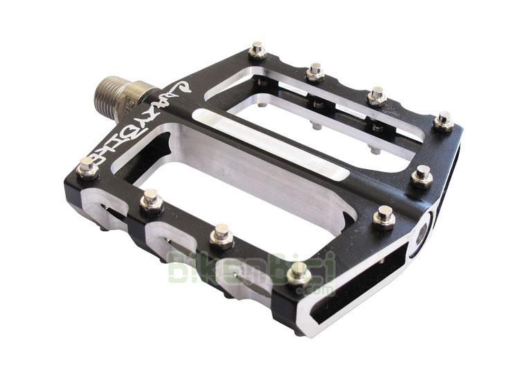 Pedales Trial CRAZYBIKE ID 7075 CNC PLATAFORMA Biketrial - Los pedales CRAZYBIKE ID CNC de plataforma están hechos a partir de aluminio 7075 mecanizado en CNC. Estas características permiten obtener un par de sólidos pedales con las 20 puntas de agarre de acero reemplazables en caso de desgaste. 344 gramos (pareja).