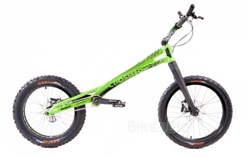 Bicicletas Trial CROSSBOW 20 PULGADAS 1010mm FRENO DISCO Biketrial - Bicicleta Crossbow de 20 pulgadas para Trial y Biketrial. Chasis 1010mm de largo de aluminio aeroespacial 6082-T6. Frenos de disco postmount Hope Tech3. Horquilla de carbono. PEDALES Y TORNILLERÍA DE TITANIO. Chasis y horquilla preparados para discos de 160mm. Componentes Crossbow de alta calidad. Acabado en color verde fluor con detalles en negro y gris. Peso total 7,685 kg.
