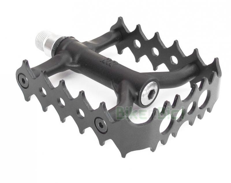 Pedales Trial CROSSBOW ACERO Biketrial - Pedales de la marca Crossbow para bicicletas de Biketrial y Trial. Fabricados en aluminio 7075-T6. Herradura especial en aluminio 7075-T6 de 2mm de espesor. Rodamientos sellados para un excelente funcionamiento. Eje de acero de alta resistencia. Cuerpo de pedal reforzado. Jaula anodizada en negro. 322 gramos (la pareja).