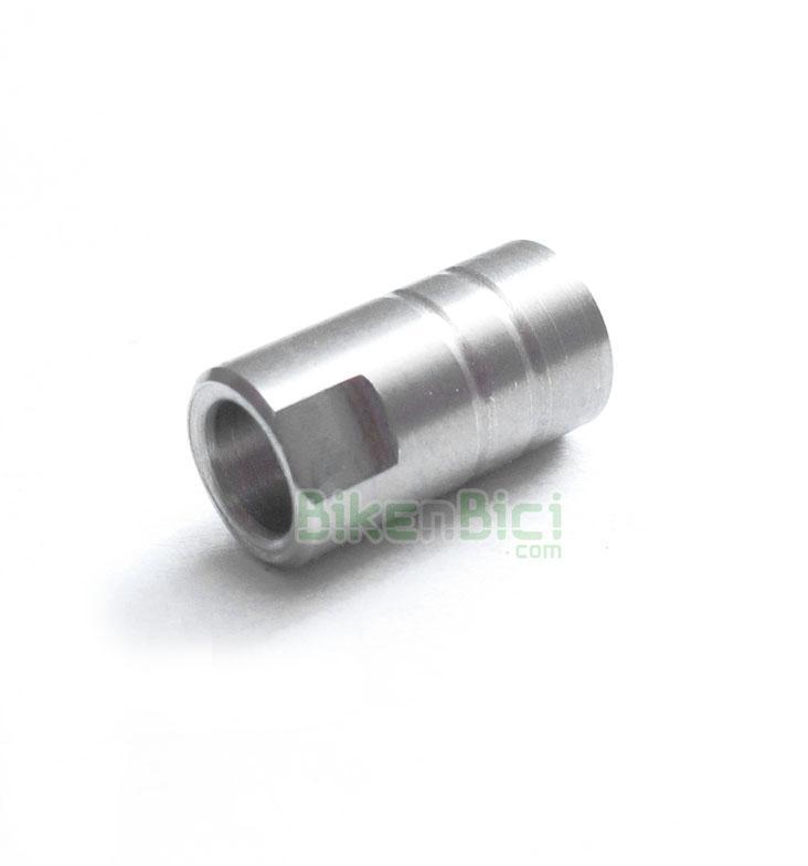 Repuestos Freno Trial HOPE CASQUILLO LATIGUILLO Biketrial - Recambio original Hope para frenos de disco. Este casquillo bloquea el latiguillo de freno contra la bomba o la pinza de freno. Para latiguillo de 5mm. Se ajusta con llave fija de 8mm. Acabado en color plata. Peso de 1.6 gramos.