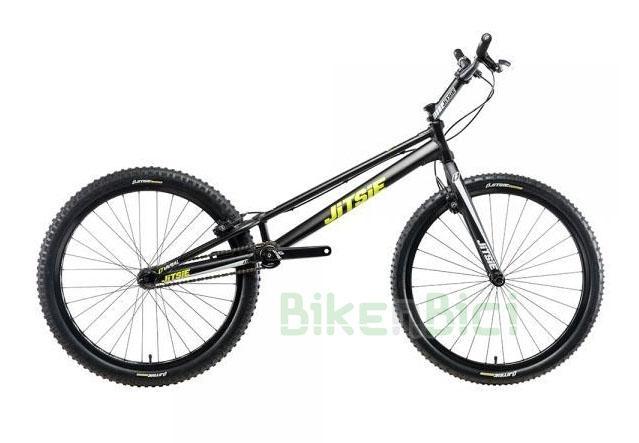 Bicicletas Trial JITSIE VARIAL 26 PULGADAS 1085mm FRENO DE LLANTA Biketrial - Bicicleta Jitsie Varial de 26 pulgadas para Trial y Biketrial. Chasis 1085mm de largo de aluminio aeroespacial 6061-T6. Horquilla Jitsie Varial 380mm. Frenos de llanta Magura HS33. Componentes de Jitsie de alta calidad. Acabado en color negro con logos Jitsie en blanco y amarillo flúor. Peso total 8,300 kg.