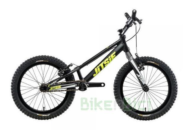 Bicicleta JITSIE VARIAL 18 PULGADAS 740mm FRENO V-BRAKE - Bicicleta Jitsie Varial de 18 pulgadas para Trial y Biketrial. Chasis 740mm de largo de aluminio aeroespacial 6061-T6. Horquilla Jitsie Varial 300mm. Frenos de llanta V-Brake. Componentes de Jitsie de alta calidad. Acabado en color negro con logos Jitsie en blanco y amarillo flúor. Peso total 6,800 kg.