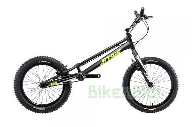 Bicicletas Trial JITSIE VARIAL 20 PULGADAS 970mm FRENO DE LLANTA Biketrial - Bicicleta Jitsie Varial de 20 pulgadas para Trial y Biketrial. Chasis 970mm de largo de aluminio aeroespacial 6061-T6. Horquilla Jitsie Varial 370mm. Frenos de llanta Magura HS11. Componentes de Jitsie de alta calidad. Acabado en color negro con logos Jitsie en blanco y amarillo flúor. Peso total 7,350 kg.