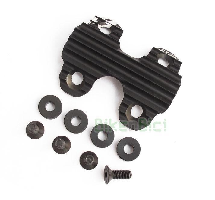 Protector piñón Trial JITSIE ULTRALIGHT Biketrial - Protector original de la marca Jitsie. Compatible con los modelos Jitsie, Ozonys Curve V4/V5/V6/V7/Roxxor, Play KIII y Clean X1 de 20 pulgadas. Diseño minimalista. Incluye tornillería y gomas espaciadoras. Fabricado en aluminio y anodizado en color negro. Su peso es de 46 gramos (tornillos y arandelas incluidos).