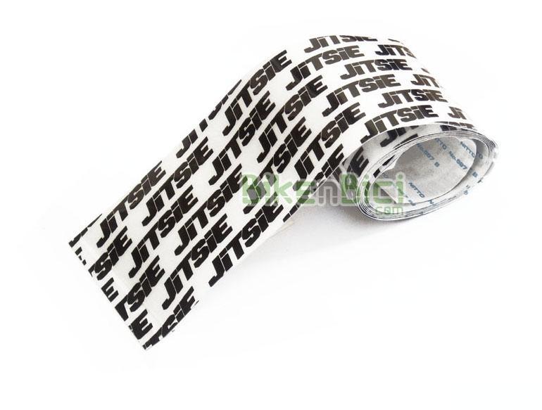 Protección chasis Trial JITSIE BANDA ADHESIVA Biketrial negro/blanco - Protector de chasis de la marca Jitsie. Ideal para proteger las partes más sensibles del chasis, como vainas, laterales de la horquilla y parte inferior del chasis. Este protector está fabricado en goma gruesa de 0,35mm, adhesiva y blanca, logotipada con la marca Jitsie en negro. 1 metro de longitud y una anchura de 54mm. El peso del metro es de 30 gramos.