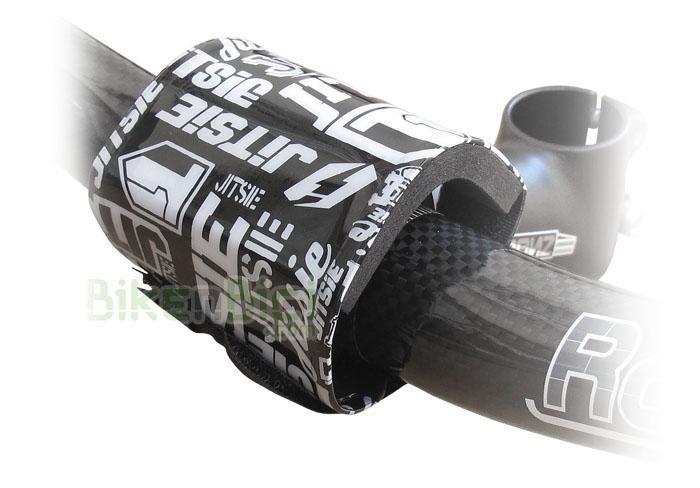 Protección manillar Trial JITSIE PAD Biketrial negro/blanco - Protector de manillar y potencia de la marca Jitsie. Este protector suaviza posibles golpes de la potencia en el pecho del piloto, debido a situaciones de la conducción. Fácil colocación mediante dos tiras de velcro. Fabricado en plástico de alta calidad, con interior en espuma de alta densidad. Compatible con todas las bicicletas del mercado. 9,5 gramos de peso.