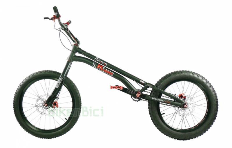 Bicicletas Trial KABRA S20 2017 20 PULGADAS 970mm / 1005mm HOPE TRIAL ZONE Biketrial - Bicicleta Kabra S20 de 20 pulgadas 2017 montaje Bikenbici. La base de chasis y horquilla Kabra S20 para frenos de disco con un montaje de componentes seleccionados por Bikenbici. Frenos de disco Hope, componentes Jitsie, neumáticos Monty ProRace, .... Una bicicleta de competición con componentes de alta calidad. CONSULTA OTRAS OPCIONES DE MONTAJE. Peso aproximado 7,8 kg (1005mm).