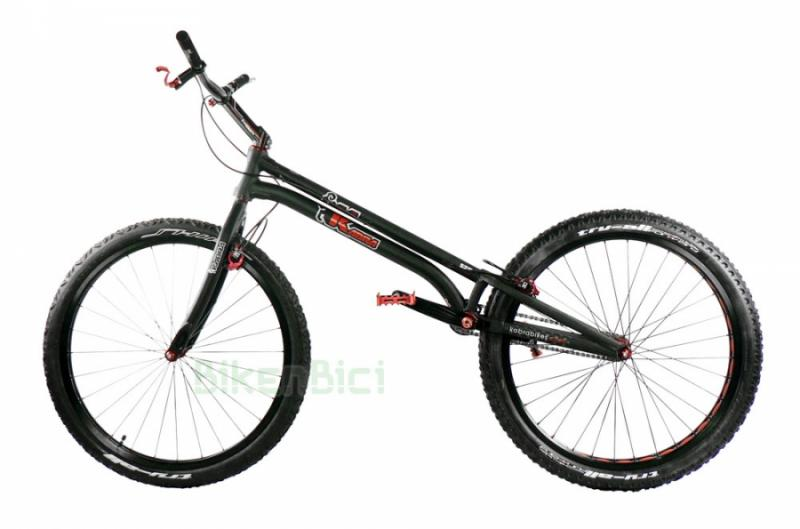 Bicicletas Trial KABRA S26 2017 26 PULGADAS 1085mm MAGURA HS33 Biketrial - Bicicleta Kabra S26 de 26 pulgadas 2017 montaje Bikenbici. La base de chasis y horquilla Kabra S26 para frenos de llanta con un montaje de componentes seleccionados por Bikenbici. Frenos de llanta Magura HS33, componentes Jitsie, neumáticos Monty ProRace, .... Una bicicleta de competición con componentes de alta calidad. CONSULTA OTRAS OPCIONES DE MONTAJE. Peso aproximado 7,950 kg.