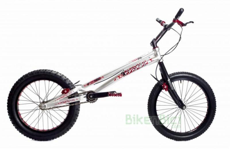 Bicicletas Trial KABRA F20 HID V2 Biketrial frenos llanta - La bicicleta de Biketrial/Trial KABRA F20 V2 de 20 pulgadas con freno de llanta es una bicicleta que combina los mejores materiales de las mejores marcas y ajustando al máximo el precio para conseguir una bicicleta de altas prestaciones a un precio lógico. La Kabra F20 HID V2 se puede escoger con chasis en color negro o color plata. Nueva versión Kabra F20 V2 ahora con protector de piñón.