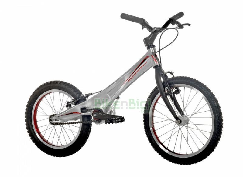 Bicicletas Trial MONTY 205K Biketrial infantil frenos V-Brake - La Monty 205K de Trial es la bicicleta de Biketrial infantil perfecta para que los más pequeños se inicien en este deporte. Su chasis monocasco de aluminio 6061, su horquilla especial y sus frenos V-Brake la hacen una bici de alta calidad a muy buen precio. La Monty 205K es para niños y niñas de 4 a 8 años. Acabado en color plata. Peso: 7.820 kg.