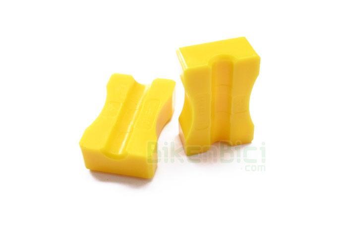 Frenos Trial HERRAMIENTA FIJACION LATIGUILLO SHIMANO Biketrial - Herramienta original Shimano para fijar el latiguillo de freno para insertar diferentes tipos de racor necesarios. Para latiguillos de freno de 5mm de diámetro exterior. Fabricados en plástico. Para fijación en tornillo de banco. Color amarillo. 30x20mm. 9 gramos de peso.