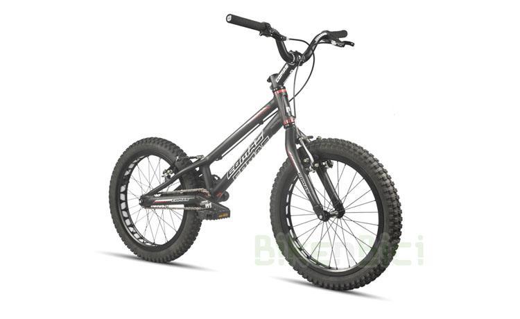 Bicicleta COMAS R1 740 INFANTIL 18 PULGADAS - Bicicleta Comas de 18 pulgadas para Trial y Biketrial. Modelo R1 740 con frenos V-Brake. Pedalier a rosca tipo cuadradillo de 124.5mm, dirección externa y componentes Comas de alta calidad. Frenos V-Brake. Neumáticos 18