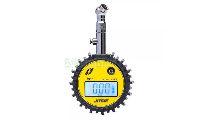 MEDIDOR DE PRESION JITSIE DIGITAL - Manómetro de presión profesional de la marca Jitsie, para bicicletas de Trial y vehículos en general. Escala de 0 a 7 BAR (kg/cm2). Reloj digital de fácil lectura con luz trasera. Boca de válvula rígida con botón para para ajustar la medición. Boquilla para válvulas Schrader (gruesa). 126 gramos de peso (sin pilas).