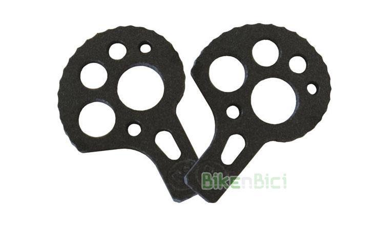 TENSORES MONTY BIKETRIAL NEGROS (SIN TORNILLOS) - Juego de tensores de cadena para bicicletas de Biketrial y Trial de la marca Monty. Compatibles con otras marcas de bicicleta. Adaptables a bicicletas con eje agujereado (fijación por tornillo) y a ruedas con eje macizo (fijación por tuerca). Acabado anodizado en color negro. NO INCLUYE los esparragos M6 para el chasis. 9 gramos de peso.