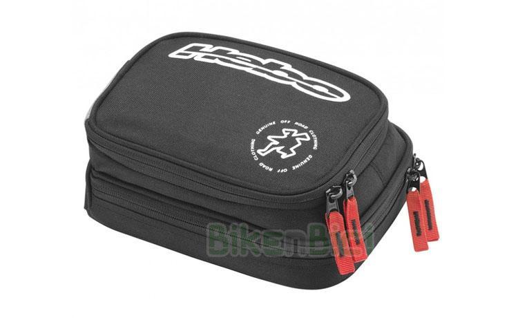 Bolsas herramientas Trial HEBO TOOLS RC02 Biketrial - Bolsa de herramientas de la marca Hebo. Fabricada en poliester 600D resistente de alta calidad. Dispone de dos bolsillos para llevar lo imprescindible en tus salidas de Trial y Enduro. Medidas máximas 21,5 x 16 x 7cm. Cierre de los bolsillos con cremalleras de doble tirador de color rojo. Acabada en color negro con logotipos Hebo en color blanco. Peso: 113 gramos (vacía).
