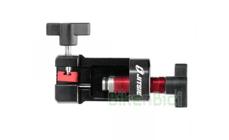Herramientas Trial JITSIE PRENSA RACOR HIDRÁULICO Biketrial  - Herramienta específica de la marca Jitsie para colocar terminales (racors) de freno en el tubo hidráulico. Asegura la entrada recta y firme del terminal dentro del tubo. Para terminales de freno de llanta y freno de disco. Muy fácil uso. Incluye instrucciones de uso (ver también descripción). Fabricado totalmente en aluminio. Acabado en negro y rojo.