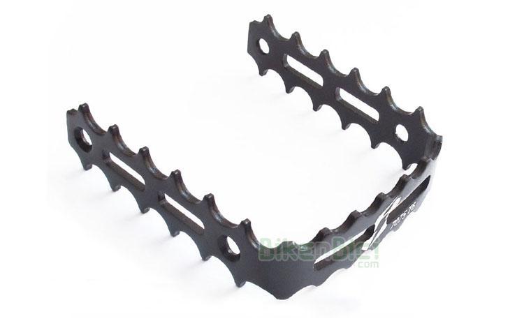 Jaula pedal Trial JITSIE ALUMINIO Biketrial - Jaulas pedal Jitsie para pedales de herradura de la misma marca. Fabricada en aluminio 7075-T6 y anodizada en color negro. Compatible con pedales de herradura de la marca Clean, Breath y Try-All. 3mm de ancho en toda la jaula. 70 gramos de peso (pareja).