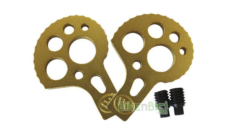 Tensores MONTY BIKETRIAL DORADAS - Juego de tensores de cadena para bicicletas de Biketrial y Trial de la marca Monty. Compatibles con otras marcas de bicicleta. Adaptables a bicicletas con eje agujereado (fijación por tornillo) y a ruedas con eje macizo (fijación por tuerca). Acabado anodizado en color dorado. Incluye los esparragos M6 para el chasis.