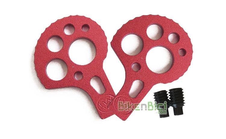 Tensores MONTY BIKETRIAL ROJAS - Juego de tensores de cadena para bicicletas de Biketrial y Trial de la marca Monty. Compatibles con otras marcas de bicicleta. Adaptables a bicicletas con eje agujereado (fijación por tornillo) y a ruedas con eje macizo (fijación por tuerca). Acabado anodizado en color rojo. Incluye los esparragos M6 para el chasis.