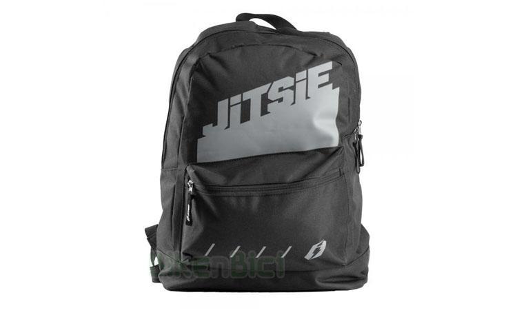 MOCHILA JITSIE SOLID - Mochila de la marca Jitsie para uso diario en el colegio o en el trabajo. Compartimento para ordenador portátil. Correas acolchadas y ajustables para llevarla con comodidad. Diferentes bolsillos con cremallera para llevar accesorios. Asa superior para llevarla como una bolsa. Color negro con gráficos Jitsie solid.