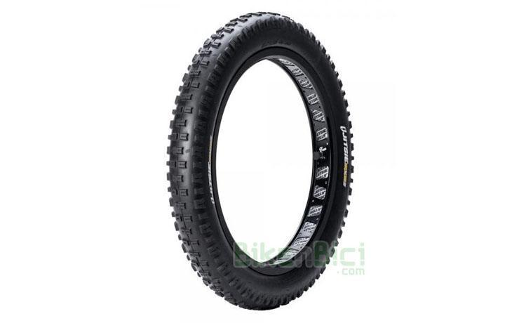 Neumáticos Trial JITSIE REVERZ TRASERO 19x2.60 Biketrial - Neumático trasero Jitsie Reverz para ruedas traseras de 19 pulgadas. Dibujo de taco cuadrado en el centro. Goma blanda para buen agarre. Diseño original y exclusivo Jitsie. Diseñado para trabajar en los dos sentidos. Aro interno para mayor rigidez. Goma extra blanda de alto agarre. Logotipos Jitsie Reverz en blanco y amarillo. Peso 755 gramos (+/- 15 gramos).