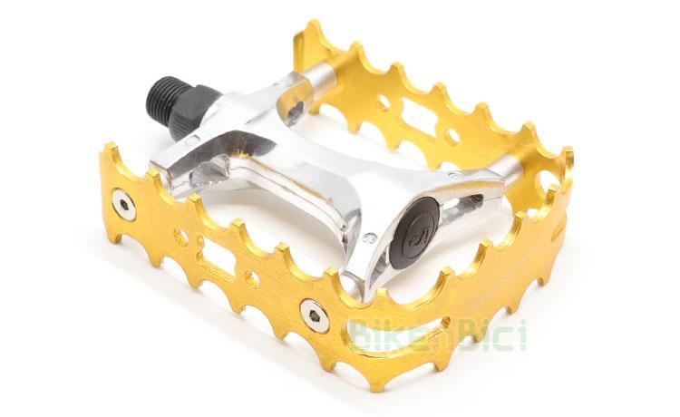 PEDALES MONTY ALUMINIO SIMPLE CAGE DORADO - Pedales de simple jaula fabricados en aluminio de alta calidad. Eje del pedal fabricado en aleación de acero. Jaula de aluminio 7075-T6. Compatible con todas las bicicletas de trial del mercado. Rosca de 9/16