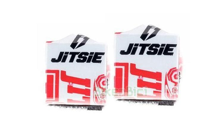 Protección frenos Trial JITSIE BOMBA FRENO Biketrial rojo/blanco - Protector de bombas de freno de la marca Jitsie. Este protector suaviza posibles golpes de las rodillas con los soportes de las bombas de freno. Fácil colocación mediante dos tiras de velcro. Fabricado en plástico de alta calidad, con interior en espuma de alta densidad. Compatible con todas las bombas de freno del mercado. 6.5 gramos de peso (pareja).