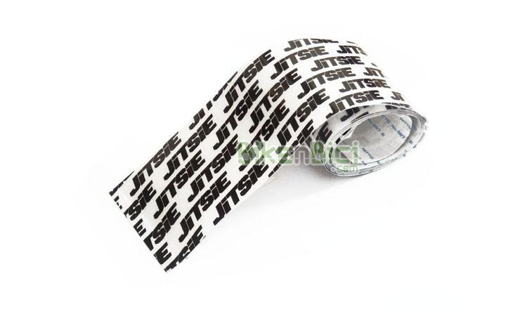 PROTECTOR JITSIE ADHESIVO BLANCO / NEGRO - Protector de chasis de la marca Jitsie. Ideal para proteger las partes más sensibles del chasis, como vainas, laterales de la horquilla y parte inferior del chasis. Este protector está fabricado en goma gruesa de 0,35mm, adhesiva y blanca, logotipada con la marca Jitsie en negro. 1 metro de longitud y una anchura de 54mm. El peso del metro es de 30 gramos.