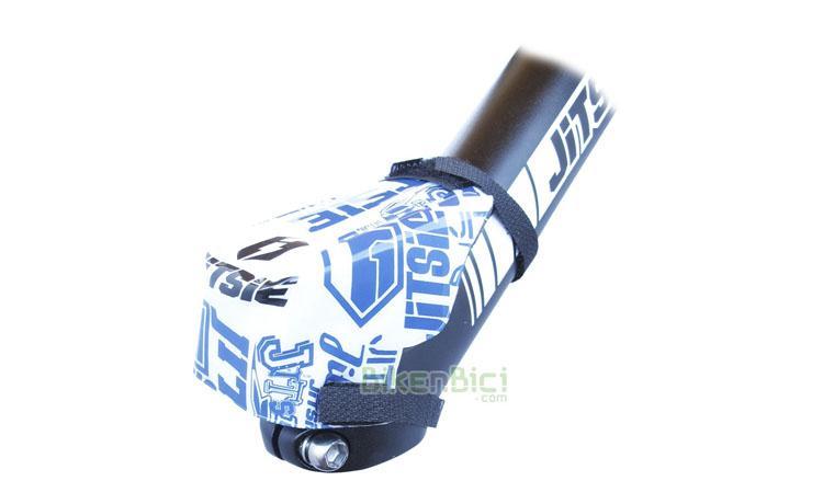 Protección potencia Trial JITSIE STEM Biketrial azul/blanco - Protector de potencia de la marca Jitsie. Este protector suaviza posibles golpes de la zona abdominal contra la potencia. Fácil colocación mediante dos tiras de velcro. Fabricado en plástico de alta calidad, con interior en espuma de alta densidad. Compatible con todas las bicicletas del mercado. 8 gramos de peso.
