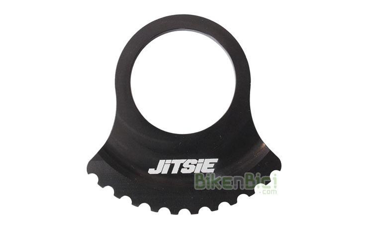 Protectores Trial JITSIE PROTECTOR RING FREEWHEEL Biketrial negro - Protector tipo Ring de la marca Jitsie. Fabricado en aluminio 7075-T6 y anodizado en color negro. Desarrollado por el pluricampeón mundial Dani Comas. Diseñado para conseguir la mayor ligereza y resistencia al mismo tiempo. Diámetro exterior de 66mm. Apto para piñones de 18, 17 y 16 dientes. 18 gramos de peso.