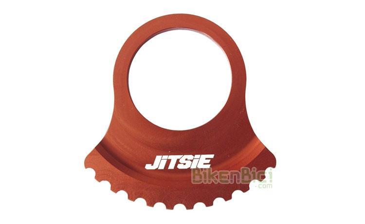 Protectores Trial JITSIE PROTECTOR RING FREEWHEEL Biketrial rojo - Protector tipo Ring de la marca Jitsie. Fabricado en aluminio 7075-T6 y anodizado en color rojo. Desarrollado por el pluricampeón mundial Dani Comas. Diseñado para conseguir la mayor ligereza y resistencia al mismo tiempo. Diámetro exterior de 66mm. Apto para piñones de 18, 17 y 16 dientes. 18 gramos de peso.