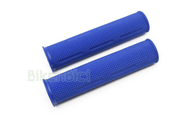 Puños Trial JITSIE GRIP GOMA Biketrial azul - Puños de goma de la marca Jitsie para Biketrial y Trial. Ofrecen la máxima suavidad y confort, al estar fabricados en goma de alta densidad. Compuesto de goma de una sola capa con suave grabado para perfecto agarre. Color azul y logotipo Jitsie en la zona del tapón. 70 gramos (pareja).