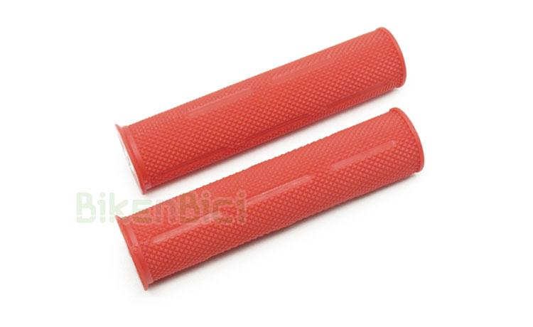 Puños Trial JITSIE GRIP GOMA Biketrial rojo - Puños de goma de la marca Jitsie para Biketrial y Trial. Ofrecen la máxima suavidad y confort, al estar fabricados en goma de alta densidad. Compuesto de goma de una sola capa con suave grabado para perfecto agarre. Color rojo y logotipo Jitsie en la zona del tapón. 70 gramos (pareja).