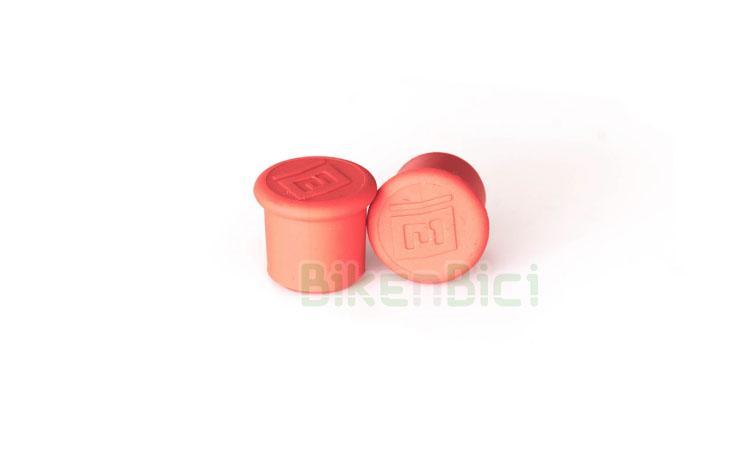 TAPÓN VÁLVULA COMAS ROJO - Tapón de válvula de la marca Comas. Para válvulas de bicicleta y moto tipo Schrader. Fabricado en silicona de alta calidad. Fácil colocación pues entran a presión, sin rosca. Se venden por parejas. Acabado en color rojo con logotipo Comas en relieve. 0,25 gramos de peso (pareja).
