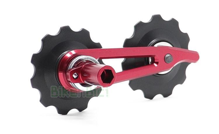 TENSOR CADENA CLEAN - Tensor de cadena para los modelos de la marca Clean. Compatible con bicicletas modelos de la marca Crewkerz y Ozonys. Ruedecillas de plástico de 11T (dientes) cada una fabricadas en plástico. Armazón minimalista de aluminio y muelle de acero. Giro sobre casquillo de acero. Acabado en color rojo. Peso de 39 gramos.