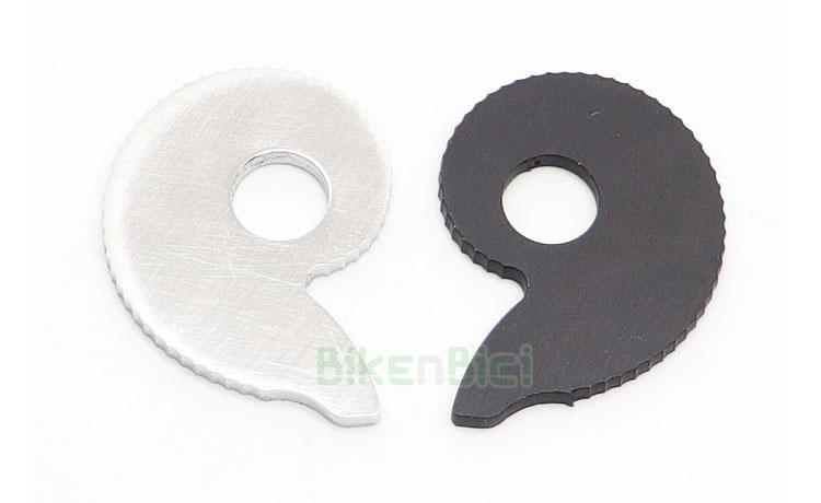 TENSORES CADENA JITSIE RACE ALUMINIO / ACERO  - Juego de tensores de cadena Jitsie para bicicletas de Biketrial y Trial. Para bujes con eje de 10mm de diámetro. Fabricadas en acero inoxidable plata (lado derecho) y aluminio 6061-T6 negro (lado izquierdo). 49 puntos de reglaje. Gran superficie de apoyo para un perfecto tensado. Color plata y negro. 25 gramos de peso (pareja).