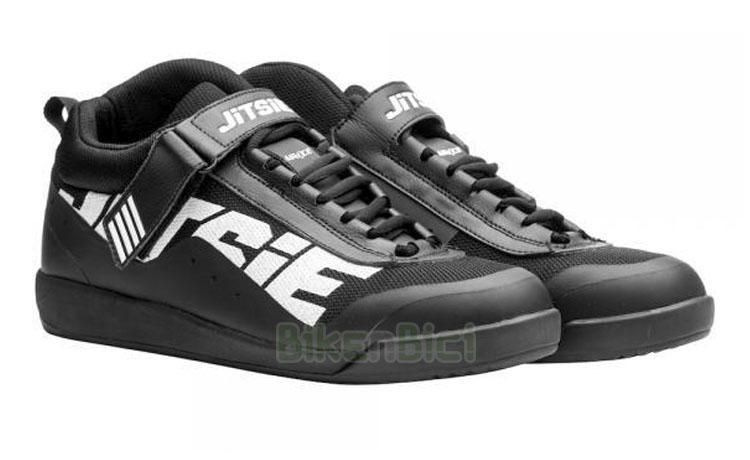 ZAPATILLAS TRIAL JITSIE AIR4CE - Zapatillas para Trial de la marca Jitsie, modelo Air4ce. Fabricadas con materiales de alta calidad. Protección de tobillo en la parte interna. Cordones especiales y cierre superior con tira de velcro. Media suela en goma EVA. Color negro con logotipos Jitsie en blanco. Peso de 682 gramos la pareja (talla 42).